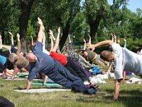 Ćwiczący na trawie