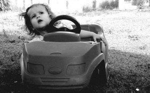 Dziecko w samochodziku